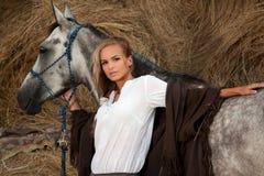 Blonde vrouw met paard Stock Afbeelding