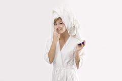 Blonde vrouw met roomdoos Stock Fotografie