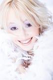 Blonde vrouw met witte boa Stock Fotografie