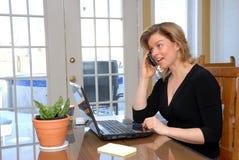 Blonde vrouw op de telefoon royalty-vrije stock fotografie