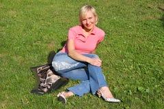 Blonde vrouw op gras Royalty-vrije Stock Afbeelding