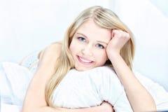 Blonde vrouw op hoofdkussen Royalty-vrije Stock Foto