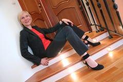 Blonde vrouw op trede Stock Fotografie