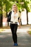 Blonde vrouw in park op de recente zomermiddag Royalty-vrije Stock Fotografie