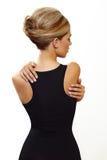 Blonde vrouw in sexy zwarte kleding Stock Foto's