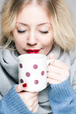 Blonde vrouw in warme kleren Royalty-vrije Stock Afbeeldingen