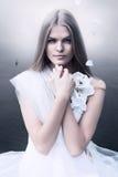 Blonde vrouw in wit en overzees Royalty-vrije Stock Afbeeldingen