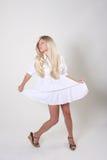 Blonde vrouw in witte kleding Stock Foto's