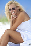 Blonde Vrouw in Witte Kleding & Zonnebril bij Strand Royalty-vrije Stock Fotografie