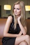Blonde vrouw in zwarte kleding Royalty-vrije Stock Afbeelding
