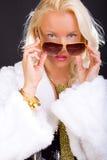 Blonde vrouwelijke close-up op zwarte Royalty-vrije Stock Foto's
