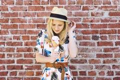 Blonde Vrouwelijke Millennial eet Roomijs en heeft de Tandgevoeligheid van de Tandpijn stock afbeeldingen