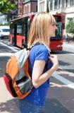 Blonde vrouwelijke student die op de bus wachten Royalty-vrije Stock Afbeeldingen