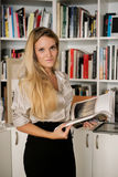 Blonde vrouwen met boeken Royalty-vrije Stock Foto's