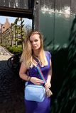 Blonde vrouwen open antieke deur, Groot Begijnhof, Leuven, België stock foto's