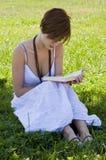 Blonde vrouwenlezing Stock Afbeeldingen