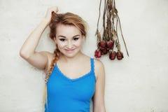 Blonde vrouwentiener die haar beschadigd droog haar tonen Royalty-vrije Stock Foto
