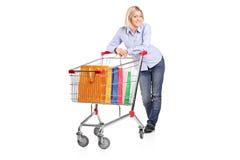 Blonde weibliche Aufstellung hinter einem Warenkorb Stockbild