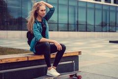 Blonde weibliche Aufstellung mit longboard Lizenzfreies Stockbild