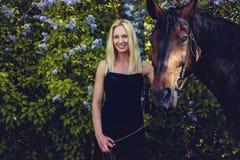 Blonde weibliche Aufstellung mit Pferd Stockbilder