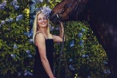 Blonde weibliche Aufstellung mit Pferd Lizenzfreies Stockfoto
