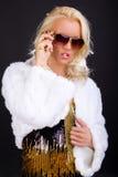 Blonde weibliche Aufstellung mit Sonnenbrillen Stockfotos