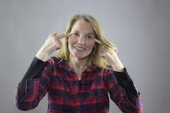 Blonde weibliche gegenüberzustellen Finger Lizenzfreies Stockfoto