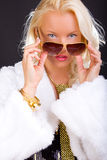 Blonde weibliche Nahaufnahme auf Schwarzem Lizenzfreie Stockfotos