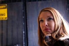 Blonde weibliche städtische Gasse Stockfoto