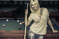 Weibliches spielendes Pool stockfotografie