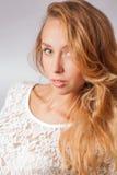 Blonde weibliche Studioschultern Stockbilder