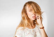 Blonde weibliche Studioschultern Lizenzfreie Stockbilder