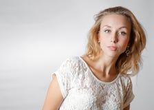 Blonde weibliche Studioschultern Stockfotos