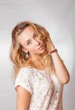 Blonde weibliche Studioschultern Stockfoto