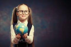 Blonde Weinig de Wereldbol van de Schoolmeisjegreep ter beschikking Kleurentoon royalty-vrije stock foto