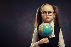 Blonde Weinig de Wereldbol van de Schoolmeisjegreep ter beschikking Kleurentoon royalty-vrije stock afbeeldingen
