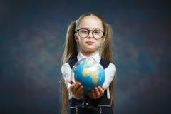 Blonde Weinig de Wereldbol van de Schoolmeisjegreep ter beschikking stock foto's