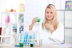 Blonde wetenschapper in laboratorium stock fotografie