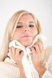 Blonde Winterfrau mit langer Haar- und Knitkleidung Lizenzfreie Stockfotos