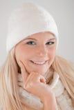 Blonde Winterfrau mit langer Haar- und Knitkleidung Stockfotografie