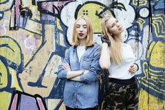 Blonde wirkliche Jugendliche zwei, die heraus zusammen an den besten Freunden des Sommers, Lebensstilleute-Konzeptproblem hängt Lizenzfreie Stockfotos