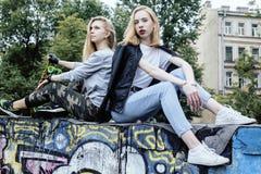 Blonde wirkliche Jugendliche zwei, die heraus zusammen an den besten Freunden des Sommers, Lebensstilleutekonzept hängt Stockfotos