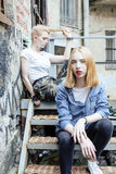 Blonde wirkliche Jugendliche zwei, die heraus zusammen an den besten Freunden des Sommers, Lebensstilleutekonzept hängt Lizenzfreie Stockbilder