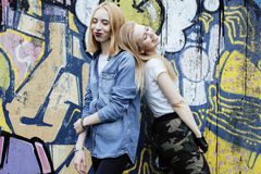Blonde wirkliche Jugendliche zwei, die heraus zusammen an den besten Freunden des Sommers, Lebensstilleutekonzept hängt Stockfoto