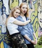 Blonde wirkliche Jugendliche zwei, die heraus zusammen an den besten Freunden des Sommers, Lebensstilleutekonzept hängt Stockfotografie