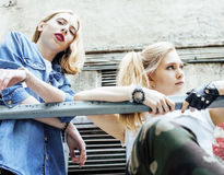 Blonde wirkliche Jugendliche zwei, die heraus zusammen am Sommer gut hängt Stockfoto