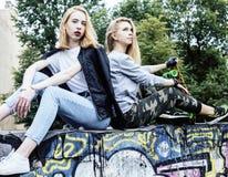 Blonde wirkliche Jugendliche zwei, die heraus zusammen am Sommer gut hängt Lizenzfreie Stockbilder