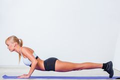 Blonde woman doing push-ups Royalty Free Stock Photos
