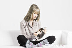 Blonde woman reading Royalty Free Stock Photography