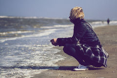 Blonde woman with skirt in front of the ocean Royalty Free Stock Photography